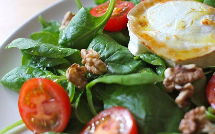 Salade met geitenkaas en tomaat. Lunch recept voor koolhydraatarm dieet. Onderdeel van de gobento.nl weekmenu's.