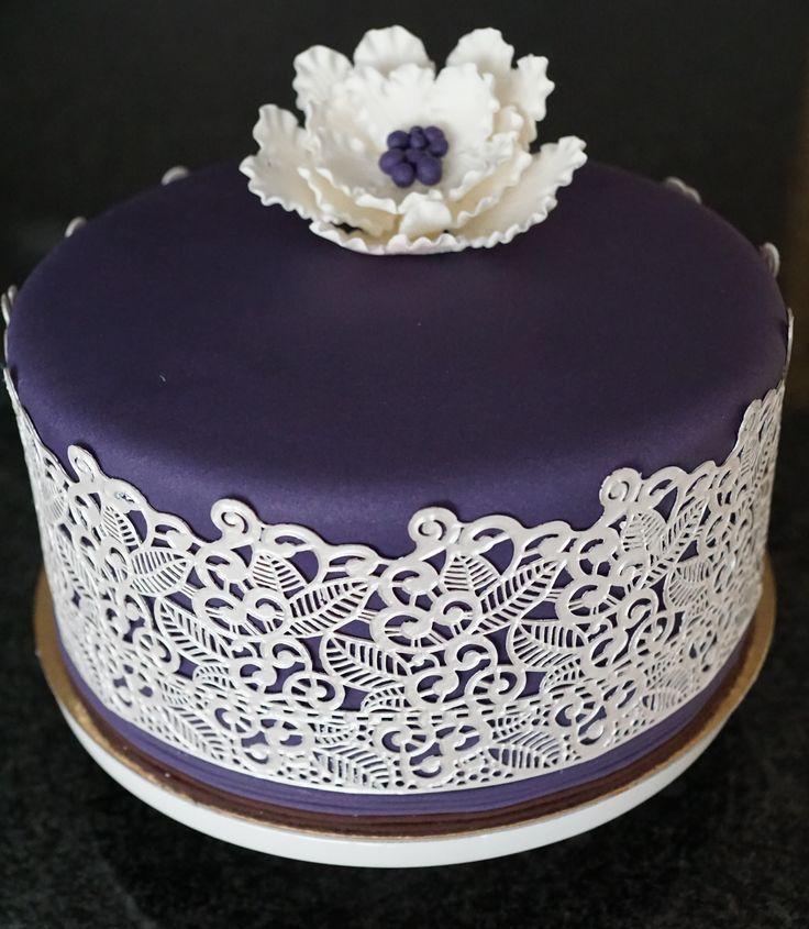 Biscuit met vanillecrème afgewerkt met purple fondant en sweet lace.
