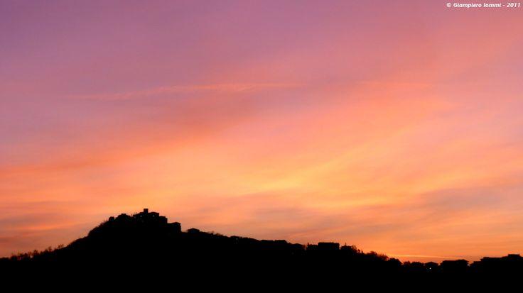 ... walking around the contries of hat !! Massa Fermana - in front of the sunrise ! Alba dietro la collina di Massa Fermana. #HatsDistrict