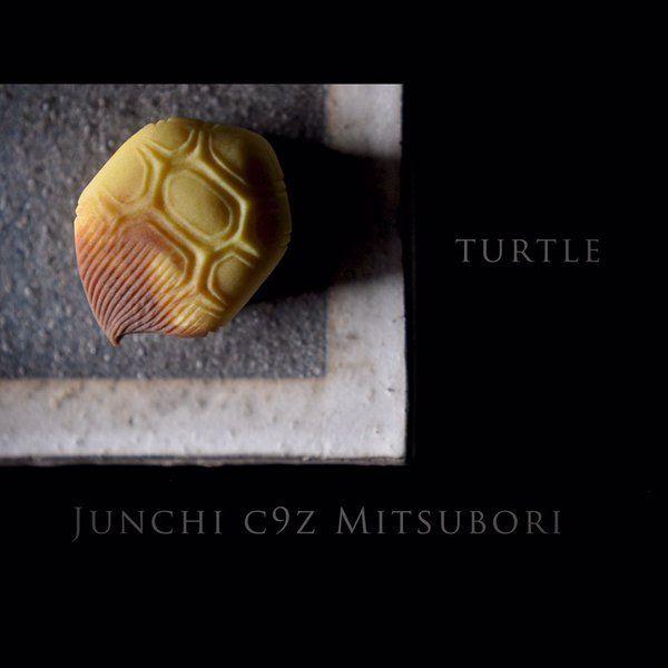 """一日一菓 「万寿亀」 煉切 製 wagashi of the """"Longevity turtle"""" 本日は昨日の「千歳鶴」の対、「万寿亀」です。茶色に伸びた尾のようなモノは、長年泳ぎ続けて生え伸びた「苔(コケ)」なのだそうです。確かに水族館で見るウミガメの甲羅にも、コケは生えています。 まるで尾のように見えるまで長生きした亀は、まさに「長寿」の象徴"""