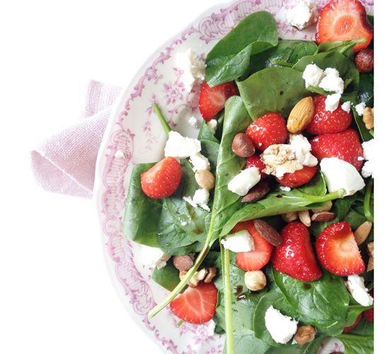 Salade van spinazie, aardbeien, geitenkaas, noten en een dressing van balsamico azijn.'
