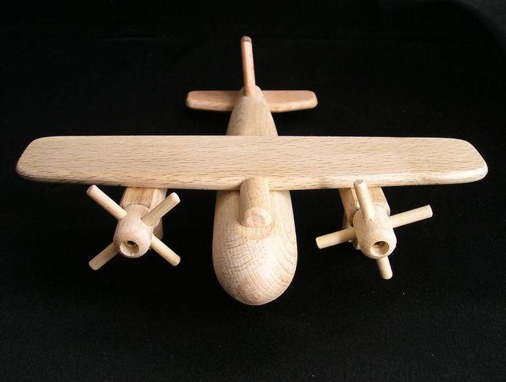 Hračka letadlo bombardér  ze dřeva. Malý typ hračky. Vrtulky jsou otočné. Rozkošná hračka pro kluky. eshop www.soly.cz 199,- Kč