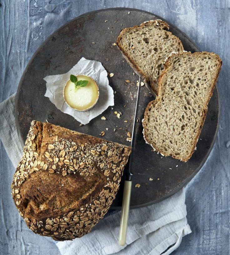 Bakerens havrebrød tar litt tid å bake, men langtidsheving gir brødet ekstra god smak. Nyt et grovbrød av havremel, sammalt hvete, havregryn og hvetemel.