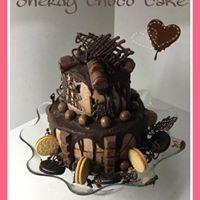 Sherdy choco Cake bizcocho de chocolate, crema de chocolate valor y kitkat, crema de chocolate para recubrirla, cobertura de chocolate Nestlé y chocolate y chocolatinas a porrón (kinder, kinder bueno, maltesers, oreos, chocolate, etc),