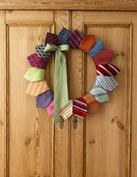 Couronne de Noël très originale avec des cravates  http://www.homelisty.com/deco-de-noel-2016-101-idees-pour-la-decoration-de-noel/
