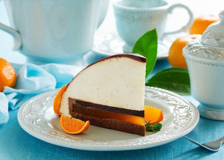 κέικ πορτοκάλι-σοκολάτα με μους λευκής σοκολάτας.