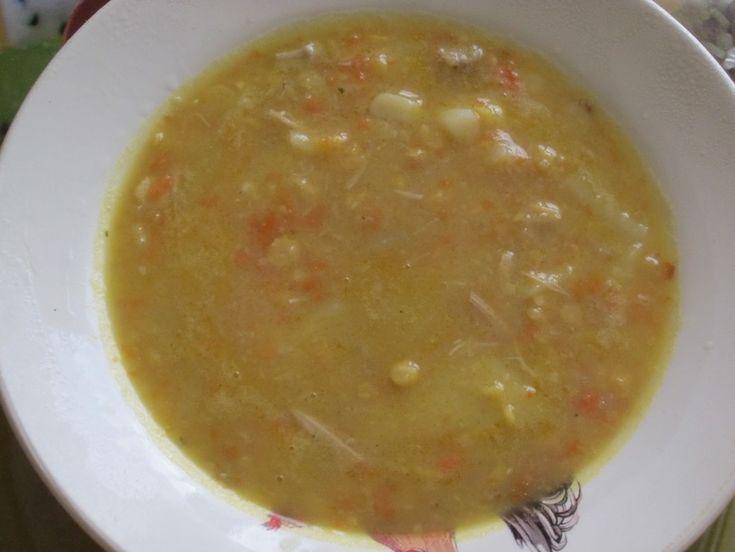 ... . Сварила куриный бульон(второй), высыпала туда горох и варила 20-25минут. После чего выдавила в суп зубчик чеснока, порезанное куриное мясо добавила в суп. Сделала быструю зажарку: на сухой сковороде быстро обжарила лук, добавила морковь и 2 ст.л. воды,потушила минутки 2-3. Затем добавила зажарочку в суп. Через минут 5-6 добавила картофель кубиком. После чего варила суп ещё ...