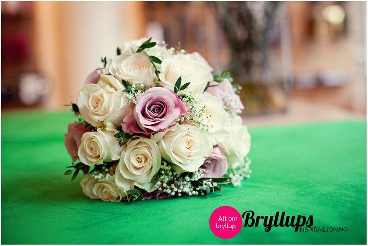 Brudebukett med lilla og hvite roser.