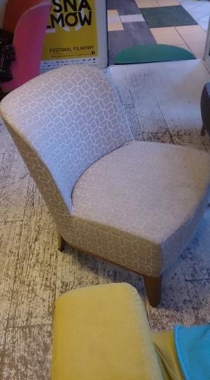 Pilnej wymiany tapicerki wymagają 3 fotele i 4 stołki.