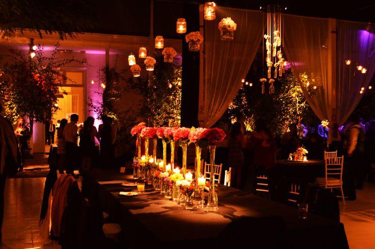 Iluminación Salón.  Trata de mantener siempre una iluminación más cálida y no tan plana, eso convida a conversar y sentirse más acogido. #Matrimonio #Wedding #Novios #Novia #Musica  www.mievento.cl :: contacto@mievento.cl