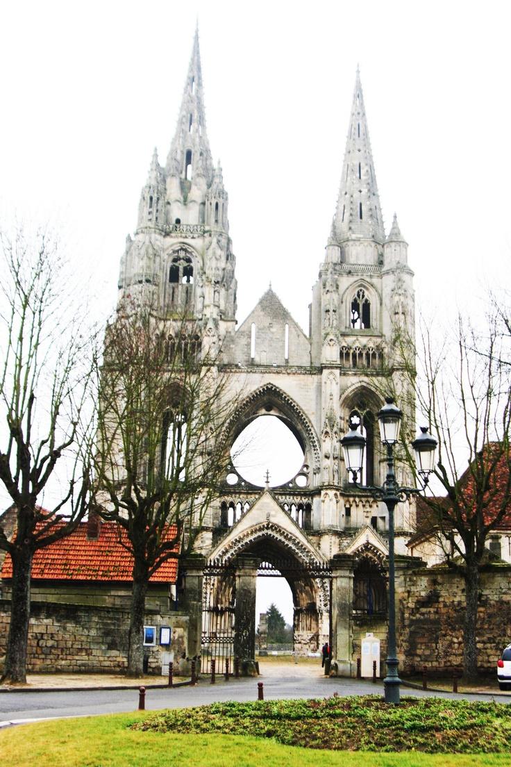 """Soissons-Abbaye de Saint Jean des Vignes. Majestuosas, las dos torres de la rica abadía medieval definen el """"skyline"""" de la emblemática ciudad. No confundir con su catedral, también hermosa y sufrida, pero con una sola torre."""