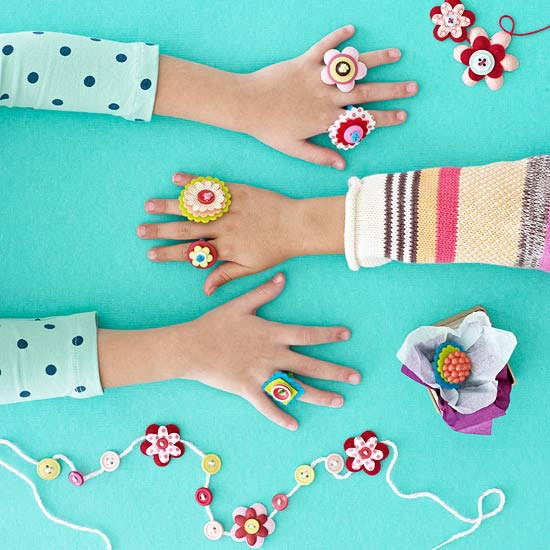 We love these cute DIY felt and pipe cleaner flower rings! #presentsformom