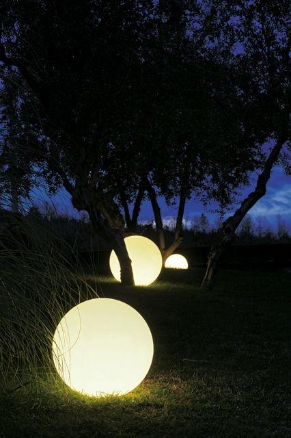Globo luminoso in resina adatto per illuminare ed arredare ambienti interni ed esterni, per creare fonti di luce immerse nel verde.