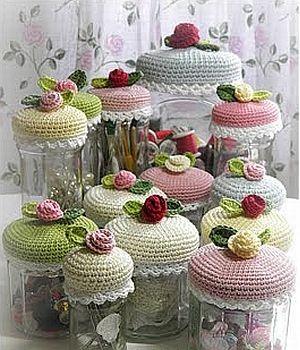 Heegelda erinevatele purkidele peale ühesugused nupsikud ja köök on kohe rõõmsam - crochet pattern - floral jar cozies
