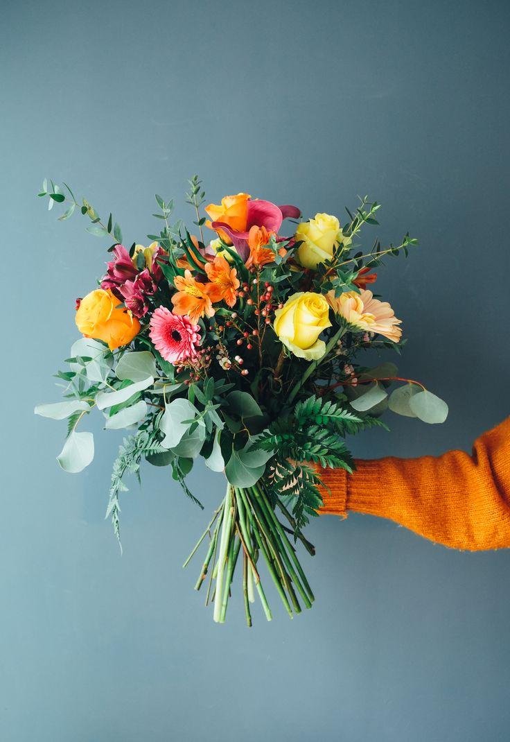 Ramo Colorido-Este ramo esta compuesto por calas moradas, rosas naranjas y amarillas, astromerias moradas y naranjas, gerberas melocoton, y flor de cera.