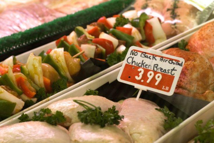 Cómo escalfar pechugas de pollo congeladas. Hay docenas de maneras adoptadas de cocinar pollo, ya sea frito, a la plancha, al horno o en sopa. Una forma elegante de preparar pollo es escalfarlo en court bouillon, que es una salsa diseñada específicamente para escalfar, hecha con vino blanco, ...