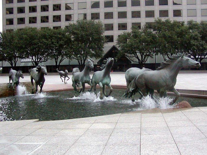 Мустанги Роберта Глена, Лас-Колинас, Техас, США.Одна из самых больших скульптурных групп лошадей в мире.
