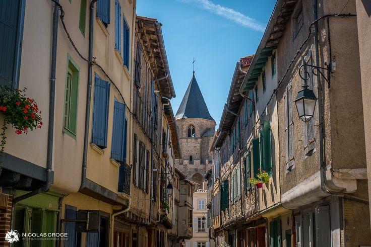 Une petite ruelle du village de Soreze, France