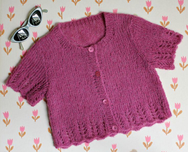 De store piger i familien har brokket sig over alt det babytøj her på bloggen, som de jo ikke kan passe , så jeg har strikket en fin lille trøje med korte ærmer til dem på ca. 7 til ca. 12 år. Og indrømmet! Jeg er igen faldet for det superbløde alpaka-silkegarn. Hulmønsteret beskrives i strikkeopskriften, somer i 3 kombi-størrelser.…