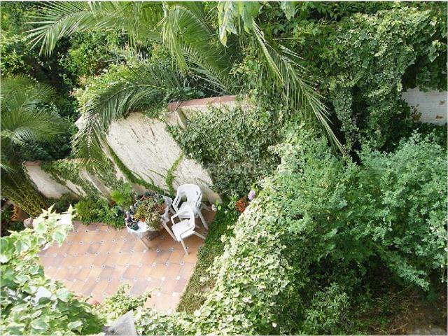 Font d en fargues casa toda exterior de 136m2. salon comedor de 26m2 en dos ambientes con salida a jardin de 30m2 4 habitaciones 3 dobles 2 banos patio de 28m2. con parquing y trastero.