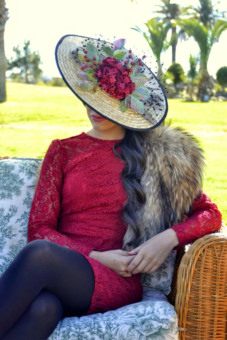 Tocado ideal para bodas de medio día, de ala ancha y lleno de flores, en este caso en tercipelo combinado con plumeti negro   ¿Os...