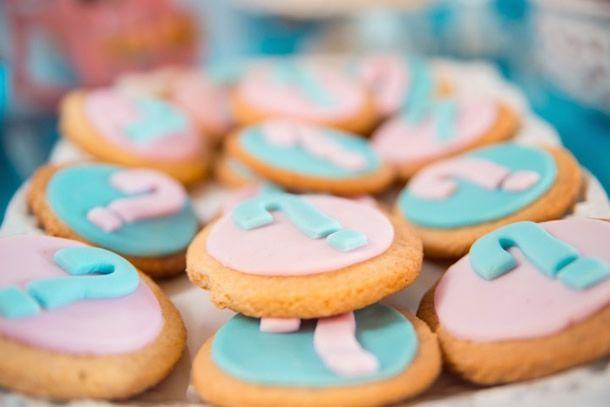 biscoitos para chá revelação em azul e rosa com ponto de interrogação.