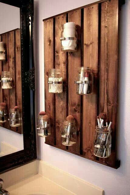 Bathroom DIY organized. Wooden Pallets with glass or plastic displays.  Tarros de vidrio reciclados para utensilios de uso en un cuarto de baño rústico