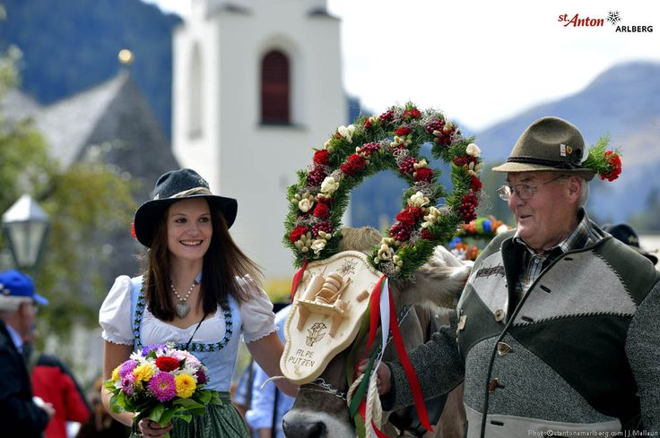 Almabtrieb in St. Anton am Arlberg! Zur Feier eines unfallfreien Almsommers werden  die Kühe geschmückt und kehren bekränzt ins Dorf zurück.