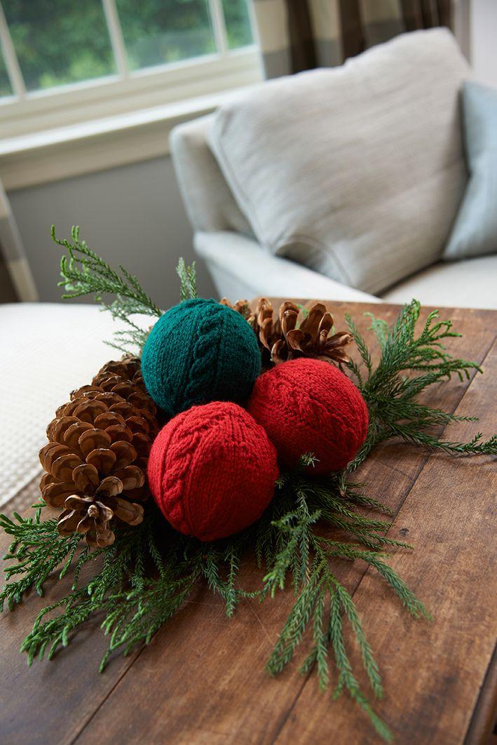 Las esferas con trenzas tejidas son perfectas para un arreglo de mesa, para llenar una canasta o un recipiente de cristal, o para ¡colgar del árbol!
