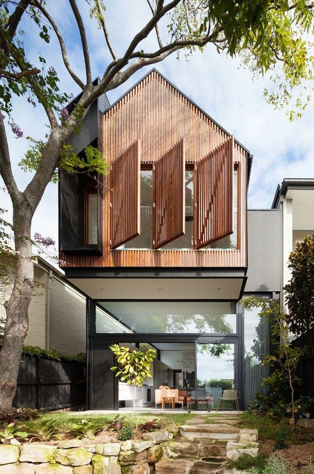 Day Bukh Architects a conçu l'extension d'une maison à Sydney, dont la façade arrière est habillée de lattes en bois. Un grand rectangle de cette façade es
