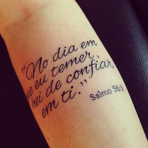 Tatuagem feita no braço, escrita: No dia em que eu temer, hei de confiar em ti.