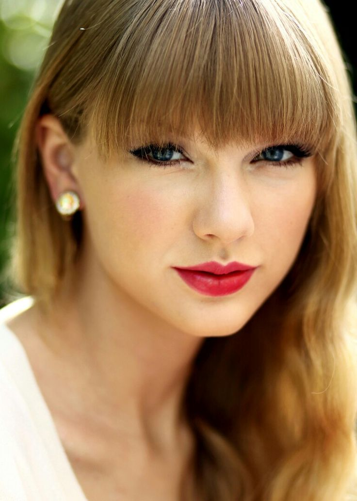 Red photocall by Matt  Sayles (2012) Aq gak ngerti gaya gak paham fashion tapi aq suka gaya mu  taylor swift