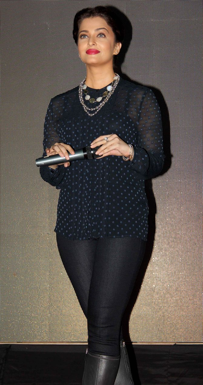 Aishwarya Rai Bachchan promotes #Jazbaa at Mithibai college festival. #Bollywood #Fashion #Style #Beauty #Hot