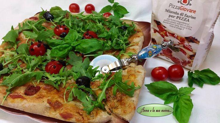 Pizza con rucola-pomodorini-olive