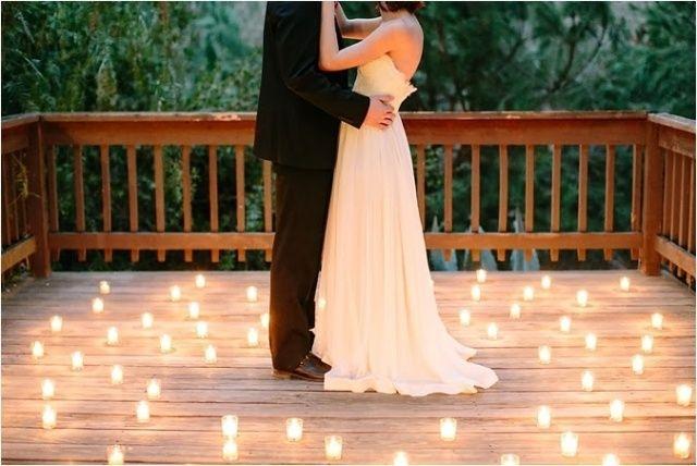 hochzeitsfotos idee magische effekte mit teelichtern auf der terrasse