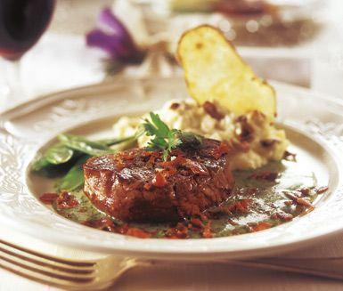 Oxfilé med örtig sås är en omtyckt och förvånansvärt snabblagad varmrätt till festbordet. Köttet bryns först innan du ugnssteker bitarna till önskad temperatur. Såsen ger fylliga smaker av vitlök, örter och vin.