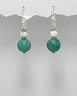 http://silverstar4u.eu/index.php?id_product=184&controller=product&id_lang=2 Cercei din argint 925 decorati cu turcoaz semi-pretios si perle naturale de apa dulce. Dimensiuni: 9 x 34 mm (latime x inaltime).