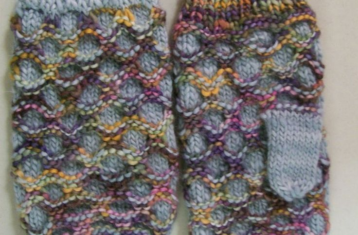 Adapted by Louise King.  Materials:  100g each of 2 colours of Manos del Uruguay wool or any other Worsted/Aran weight wool. The greater th...
