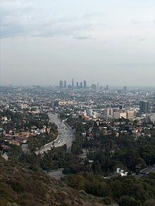 Centre-ville de Los Angeles vu depuis des collines éloignées