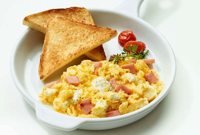 Cárgate de energía con los desayunos que Queso Crema Philadelphia tiene para ti. Comienza tu día preparando unos deliciosos huevos revueltos.