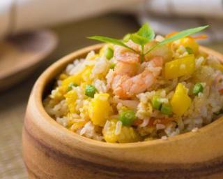 Salade de riz à l'ananas, aux crevettes et aux queues d'oignon : http://www.fourchette-et-bikini.fr/recettes/recettes-minceur/salade-de-riz-lananas-aux-crevettes-et-aux-queues-doignon.html