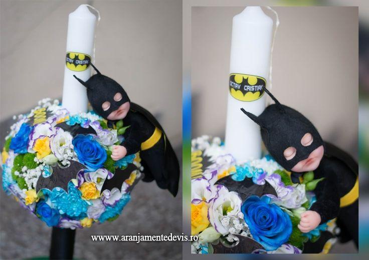 Lumanare botez baietel decorata in tema Batman cu papusica costumata precum celebrul personaj, lilieci si diverse mesaje haioase. Dimensiuni lumanare: 60 cm inaltime, 4 cm diametrul. PRET=370 lei