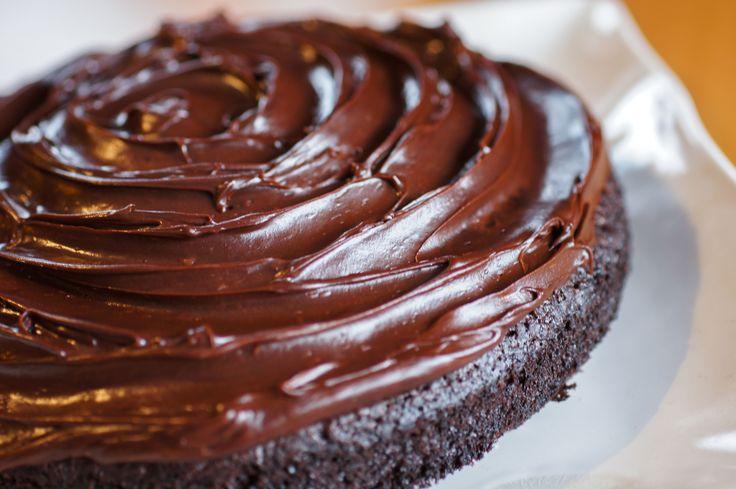 Bakelyst.no: Denne populære, amerikanske kaken er uten egg, uten melk og uten nøtter. Den kan sikkert lages glutenfri også om du bruker glutenfritt mel. Sjokoladekremen kan lages med melkefritt smør, men kaken er også god med et enkelt melisdryss. Etterspurt kakeoppskrift blant matallergikere!