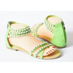 Dames sandalen groen parels €9,95 Leuke groene dames sandalen met een rits sluiting op de hiel.  De dames sandalen zijn bewerkt met witte en zilveren parel kralen.  Model: Dames sandalen Merk Super me Kleur Groen Zool Platte zool met 1 cm hak ophoging Bijzondeheid Dunne bandjes met parel kralen in de kleur wit en zilver. Sluiting dmv. rits op de hiel