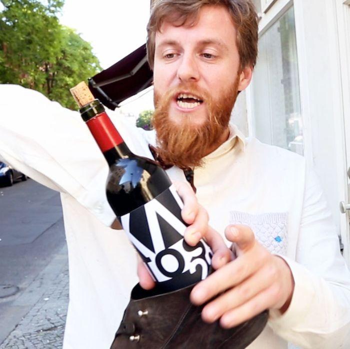 Billy Wagner zeigt uns, wie wir im Notfall auch mit einem Schuh Weinflaschen aufbekommen. Vergesst Korkenzieher, mit einem Schuh hat das mehr Style!
