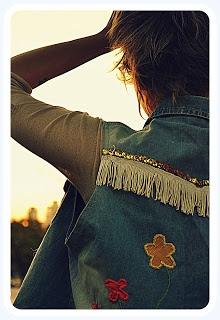Camisa de Jean, espalda con diseño de flores bordados en hilo, lentejuelas y flecos.