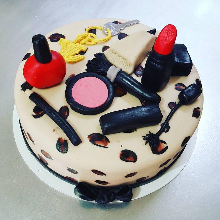"""Makeup Cake! #animalprint #makeup #blush #mascara #eyeliner #nailenamel #redlips ##keychain #fondant #bday #girl #cake #pastel #mujer #maquillaje #labial…"""