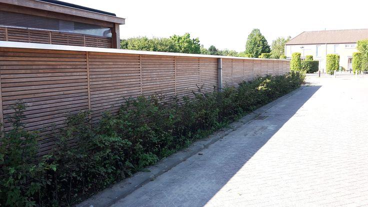 NuBuiten Project // Zeer strak tuinscherm geplaatst. Geheel aangepast aan de wensen van de klant. Maakt uw tuin beschut met een natuurlijke uitstraling.