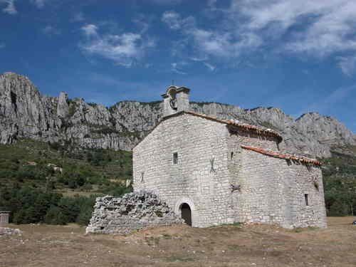 La chapelle Notre Dame de Gratemoine, Séranon, Le nom est dû à la déformation progressive du latin gradiva (degré) et caminus (chemin) qui fait allusion au bâti sur le seul point élevé de la plaine, au pied de l'antique voie romaine de communication. A l'origine église paroissiale devient vers la fin du XIe siècle, prieuré de l'Abbaye de Lérins. Au début du XIIe siècle les moines reconstruisent l'église, flanquée au sud d'une chapelle baptismale les restes remaniés fin XIIIe début XIVe s