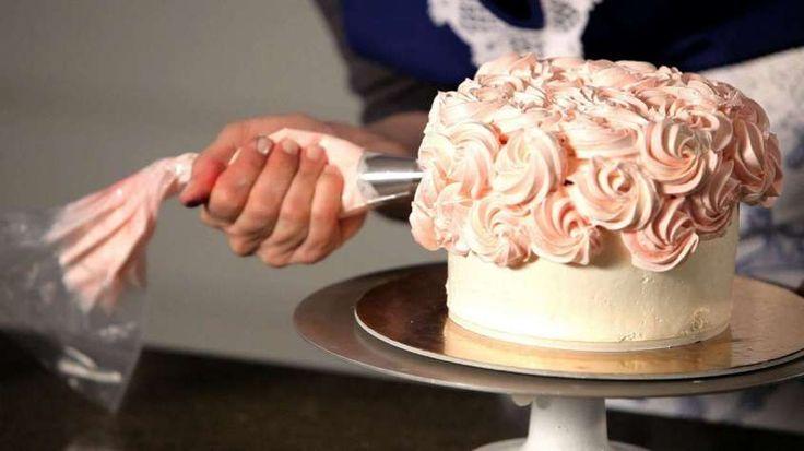 Torte nuziali bianche e rosa - Decorazione rosa con panna